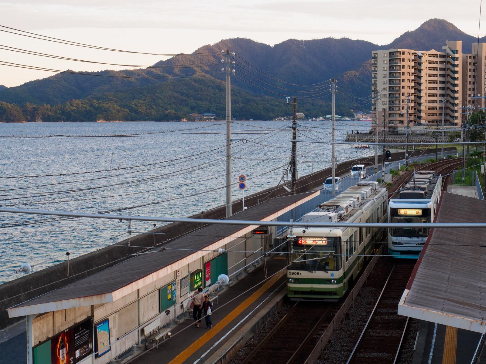 阿品東駅と瀬戸内海に浮かぶ宮島