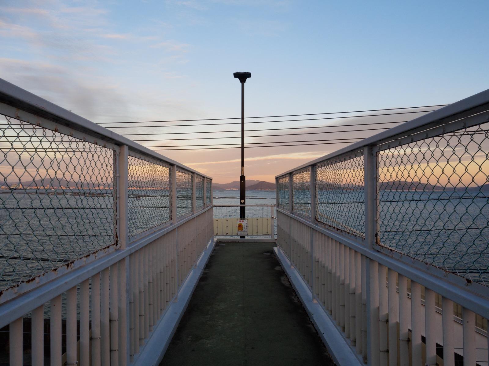 阿品東駅の跨線橋から見る瀬戸内海
