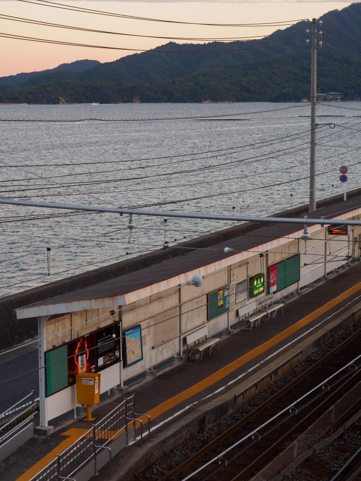阿品東駅の跨線橋から見るホームと瀬戸内海