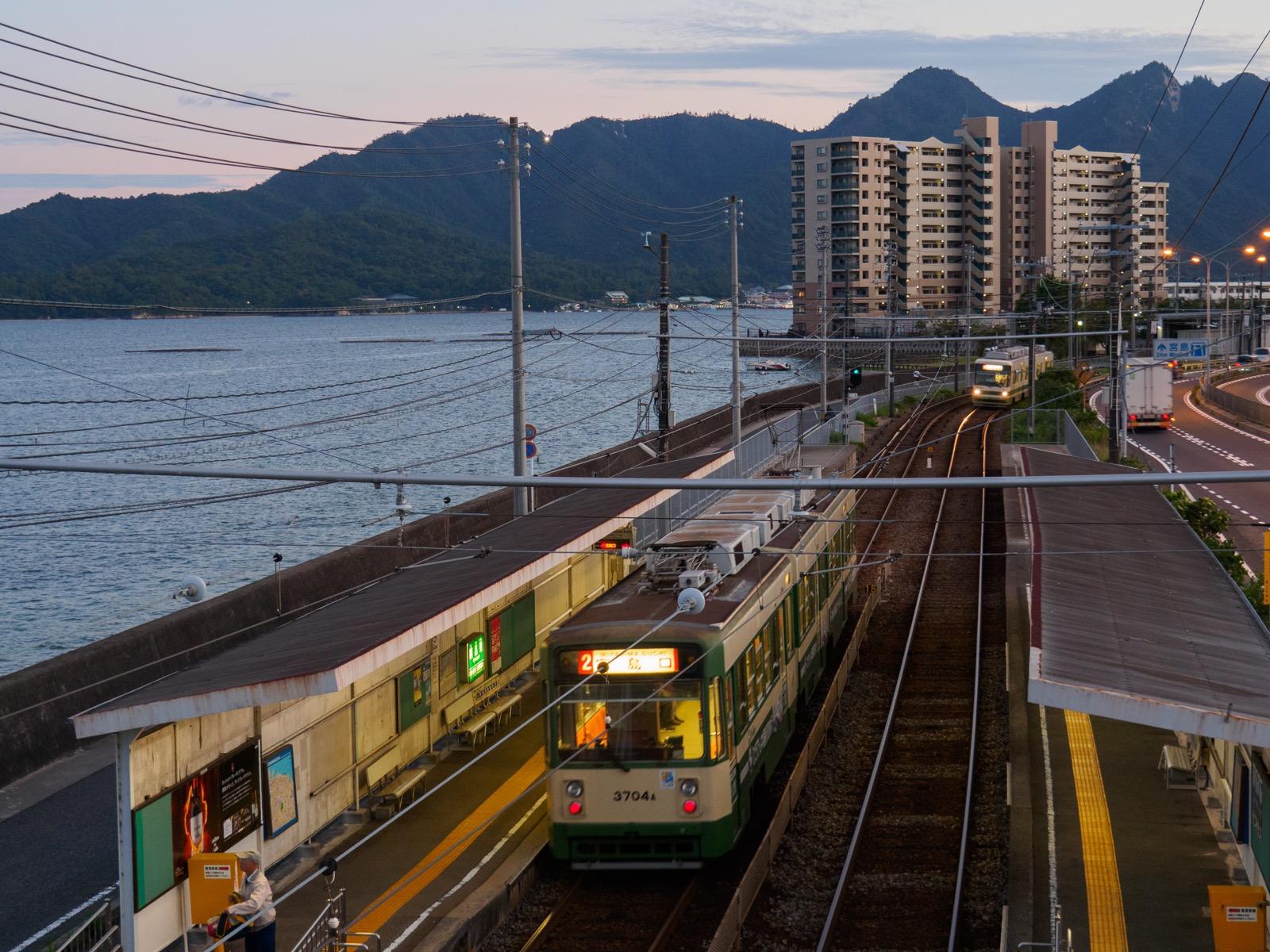 夕暮れの阿品東駅と宮島(厳島)
