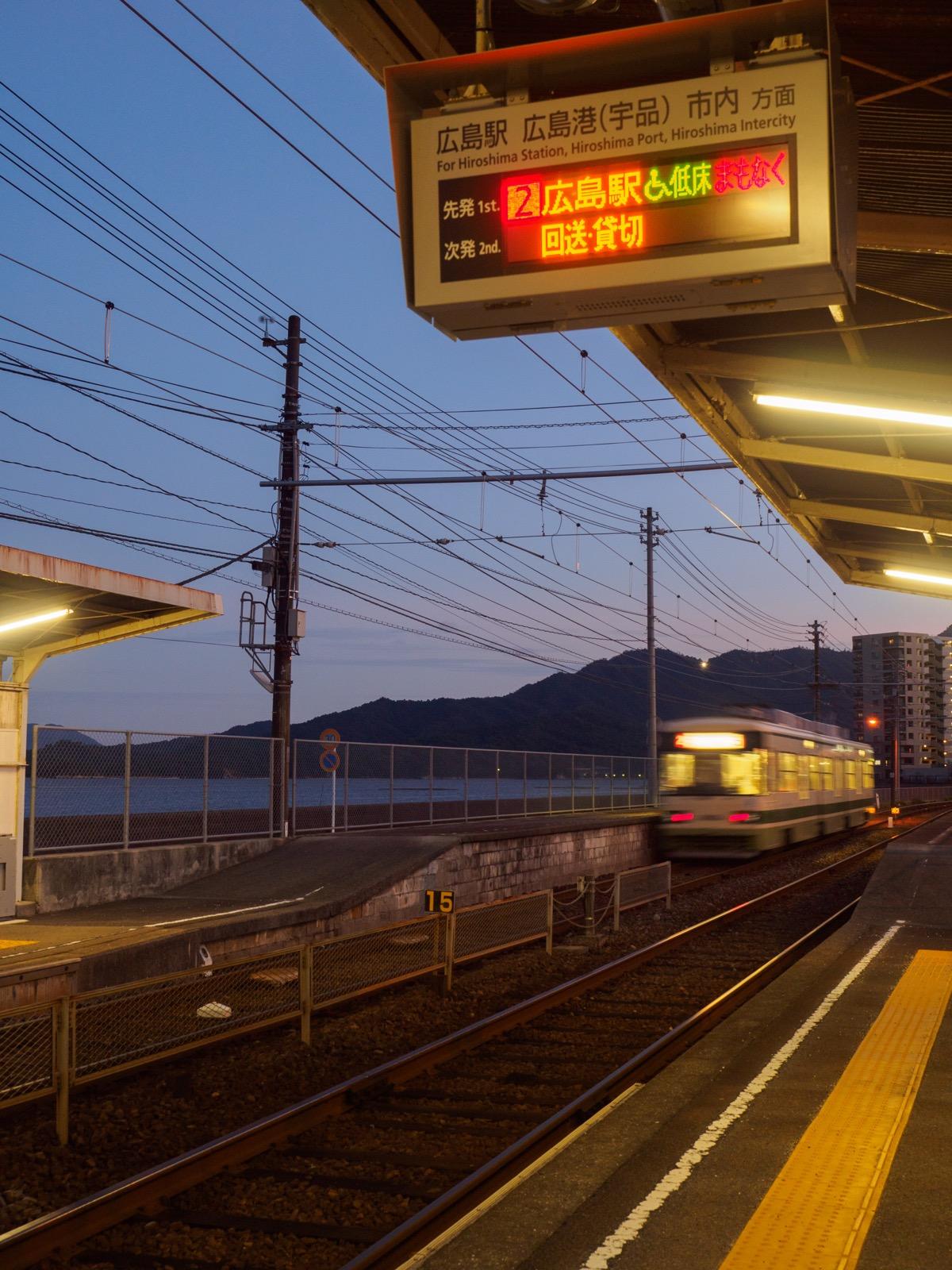 夕暮れの阿品東駅のホーム