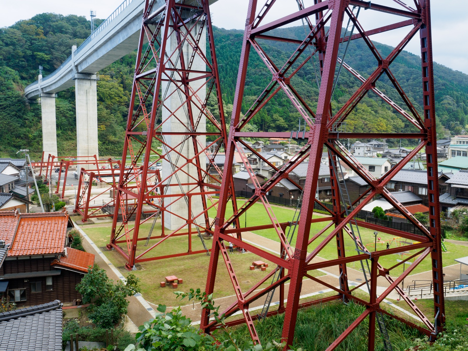 新旧余部橋梁の橋脚と公園