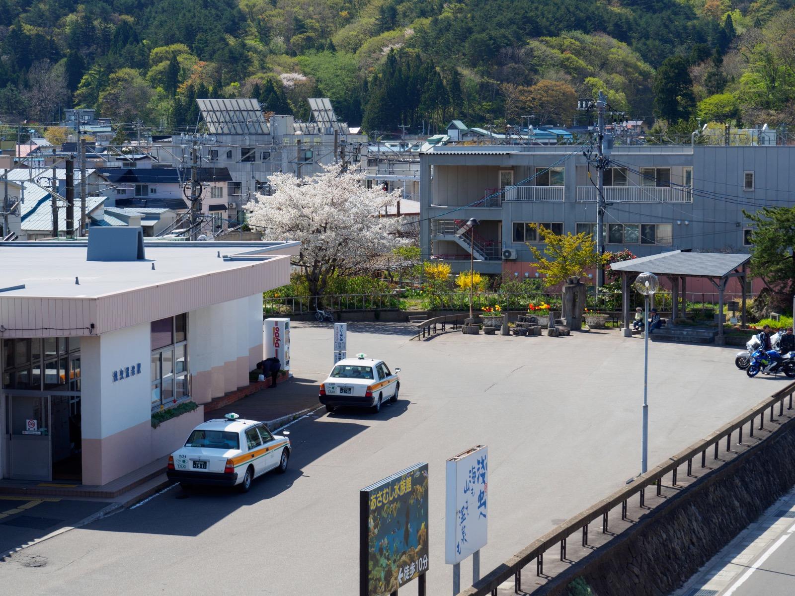 浅虫温泉駅前のゆうやけ橋から見下ろす駅舎と足湯
