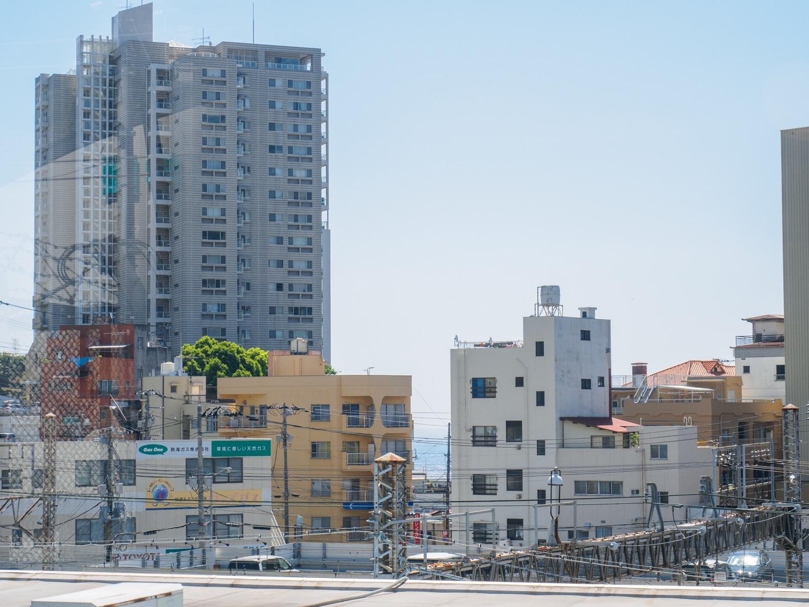 東海道新幹線熱海駅のホームから見た熱海の市街地と相模灘(2016年5月)