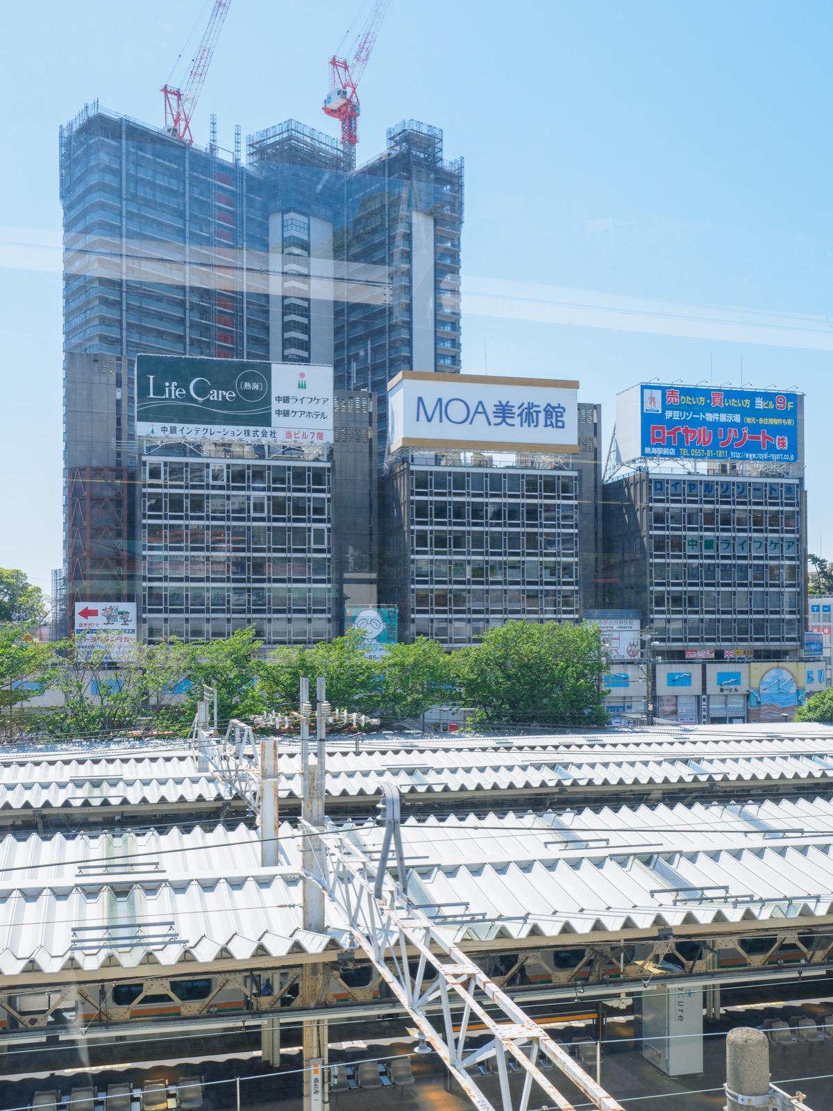 東海道新幹線熱海駅のホームから見た駅前(2016年5月)