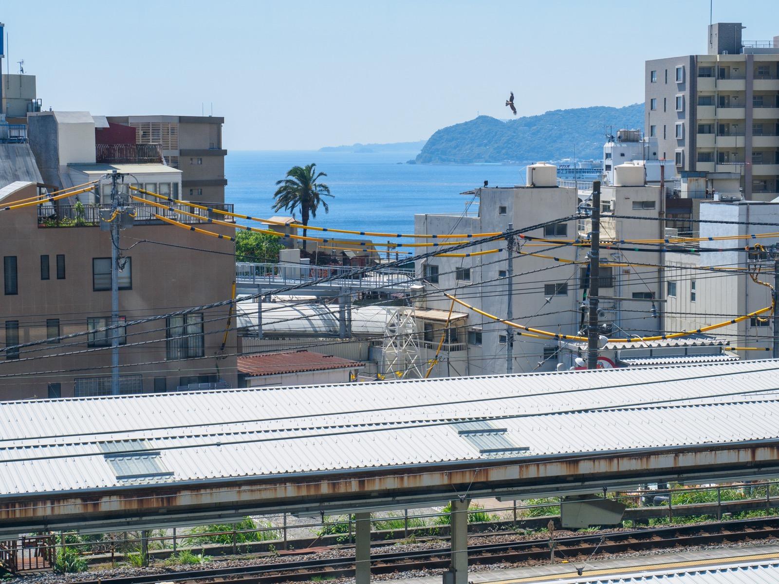 東海道新幹線熱海駅のホームから見た相模灘と伊豆半島(2016年5月)