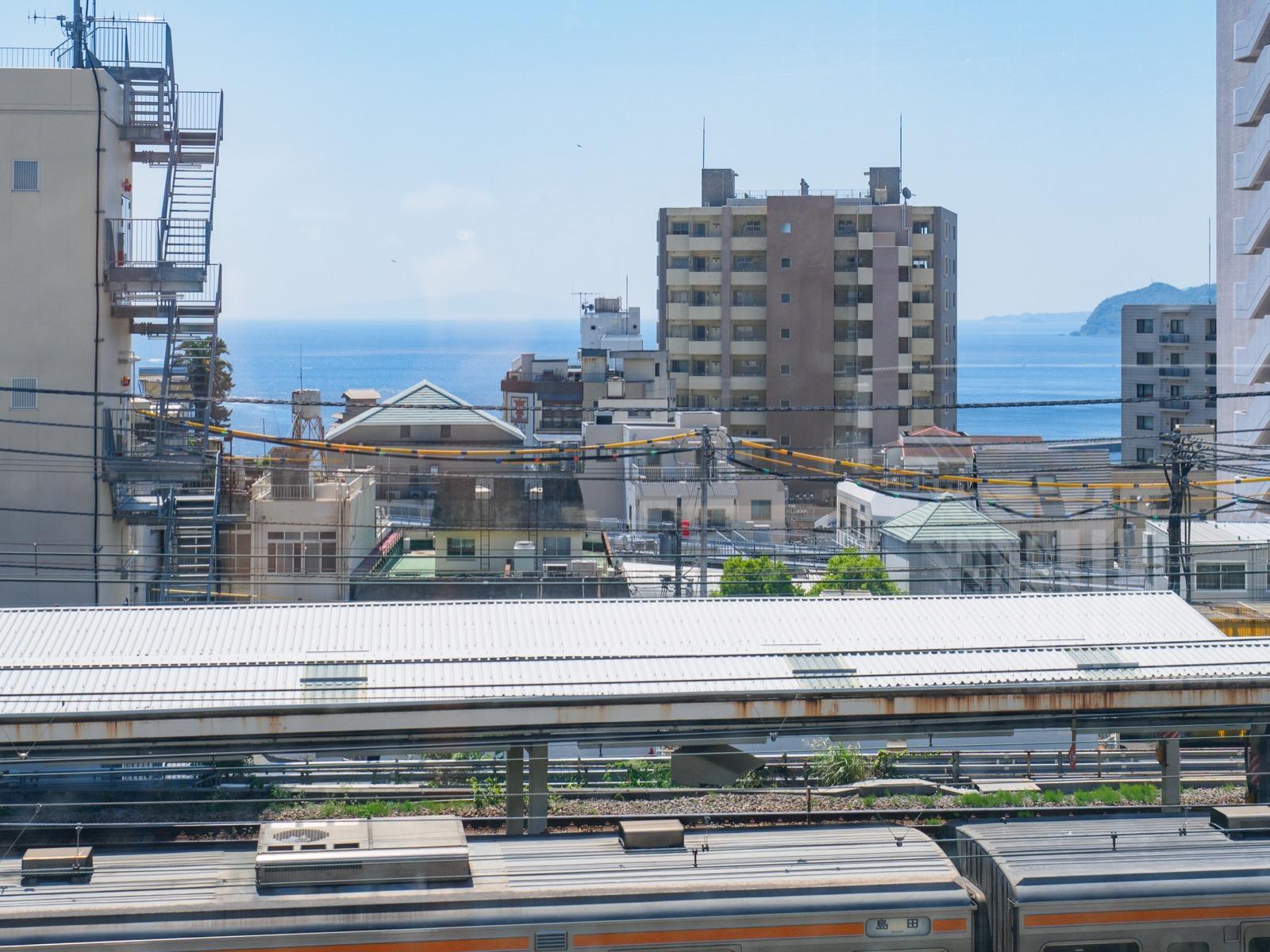 東海道新幹線熱海駅のホームから見た相模灘(2016年5月)