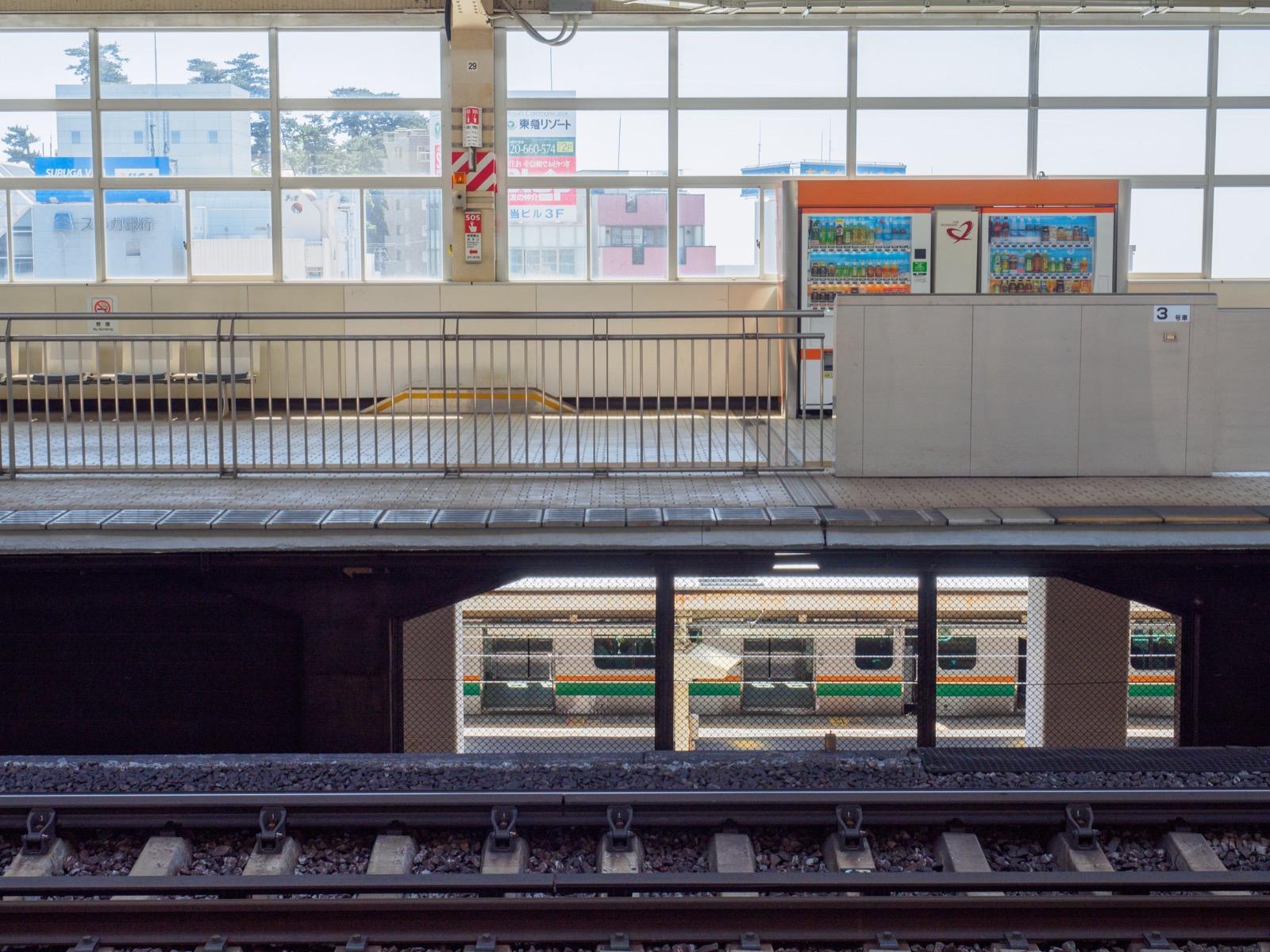 東海道新幹線熱海駅のホームから見えた在来線ホーム(2016年5月)