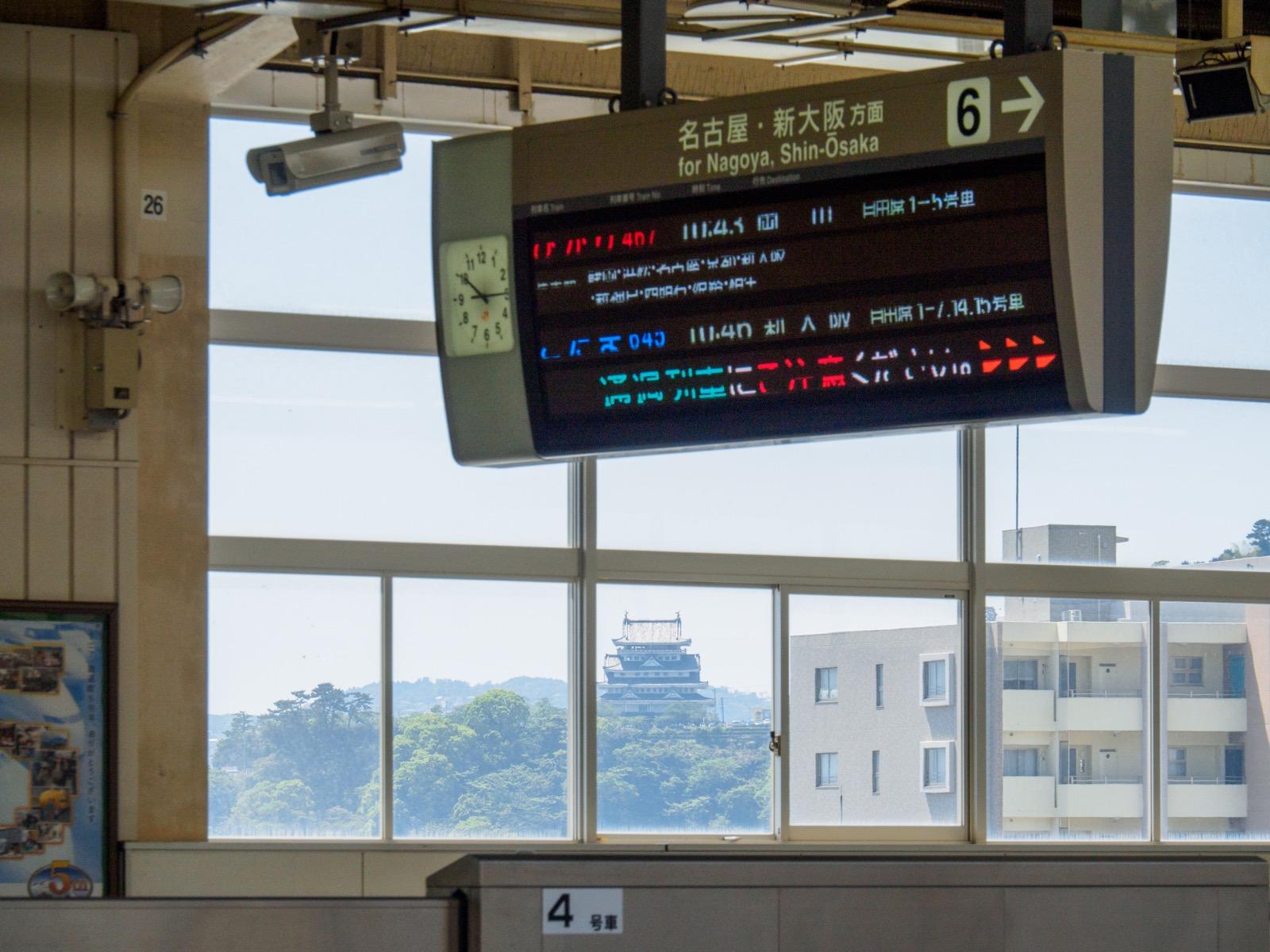 東海道新幹線熱海駅のホームから見た熱海城(2016年5月)