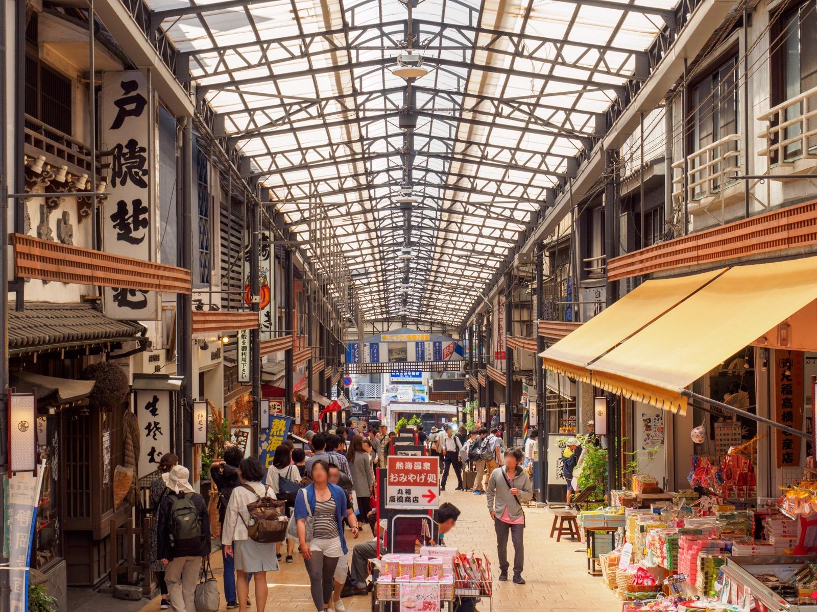 熱海駅前にある仲見世通り商店街(2016年5月)