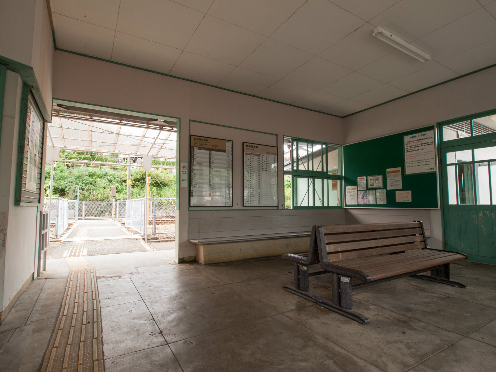新鹿駅の待合室