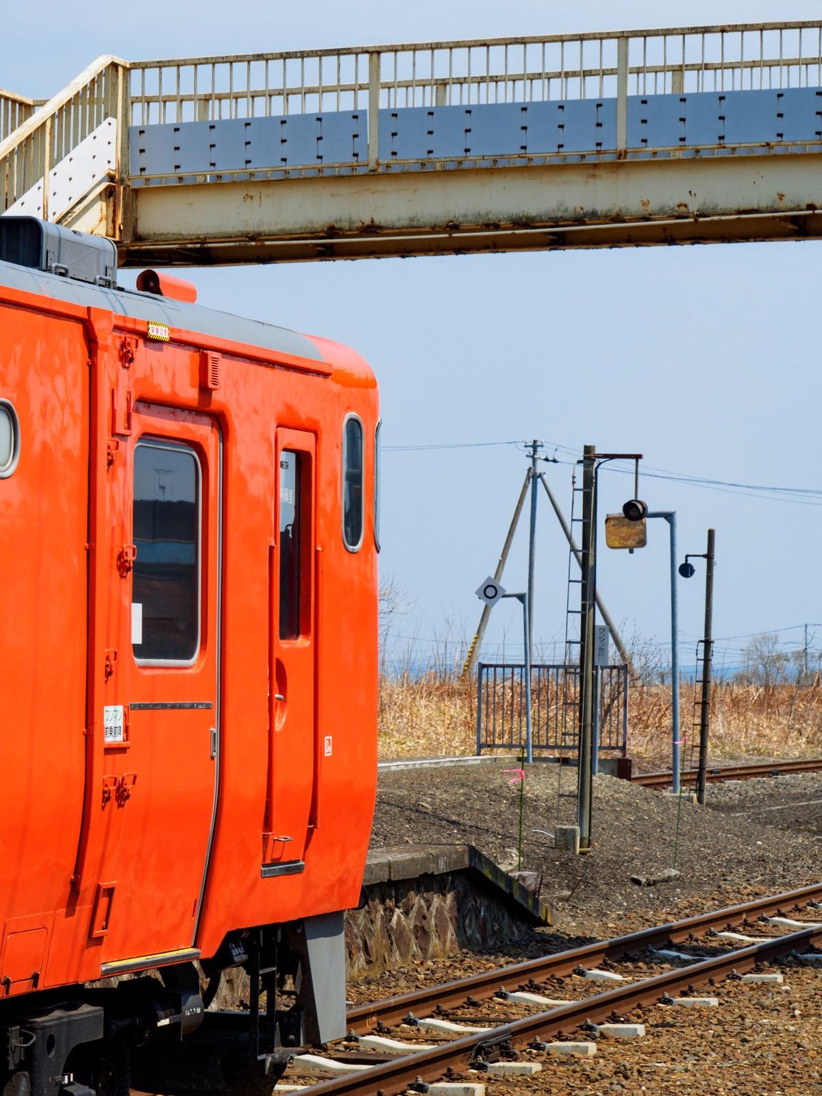 厚内駅で発車を待つ列車