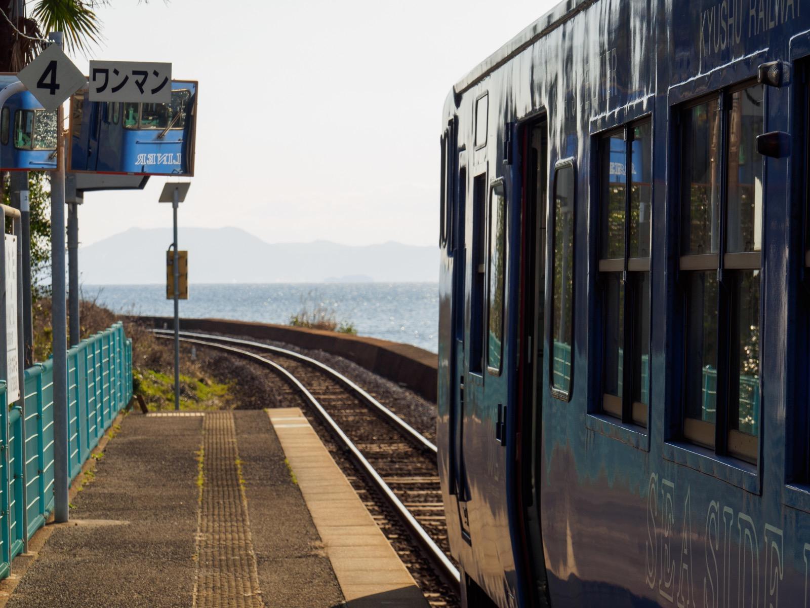 千綿駅に停まる列車と大村湾