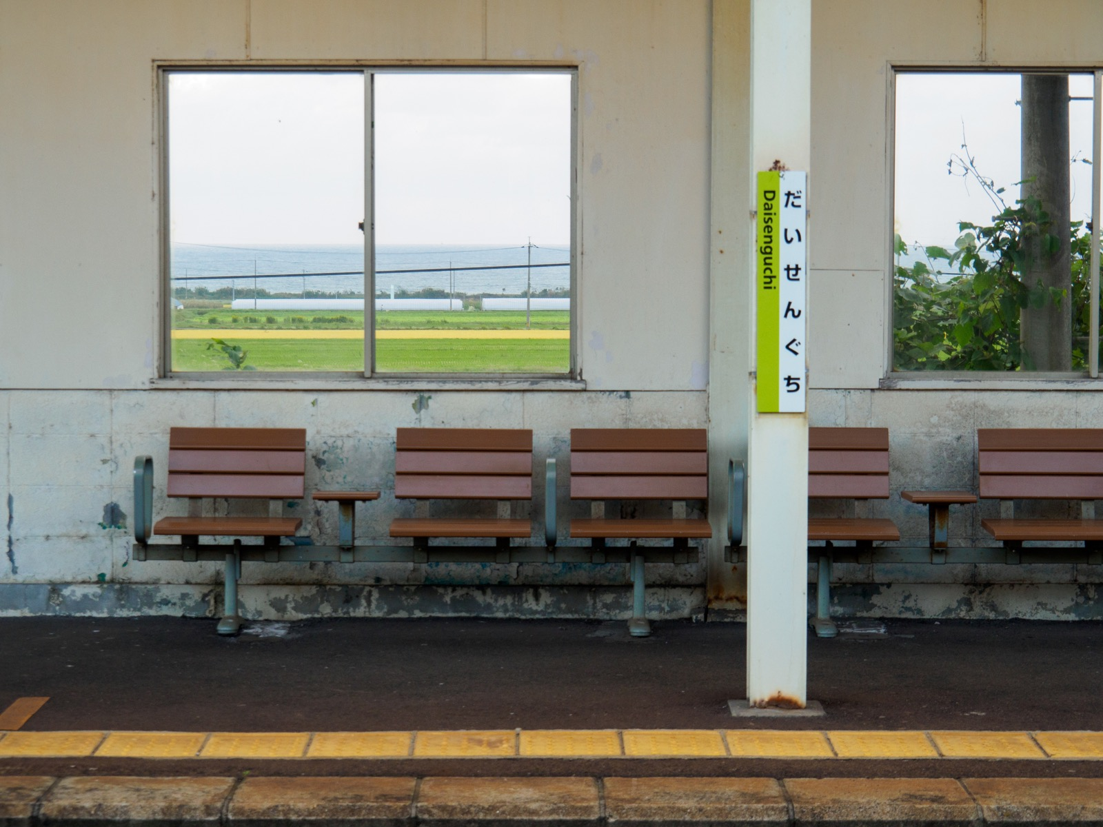 大山口駅のホームの窓から見た日本海