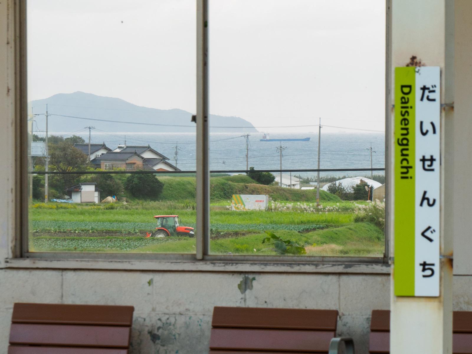 大山口駅の窓から見た美保湾と島根半島