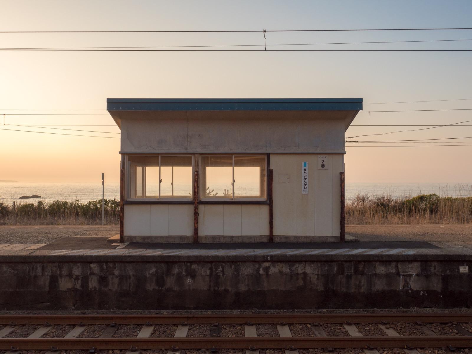 越後寒川駅の待合室と日本海