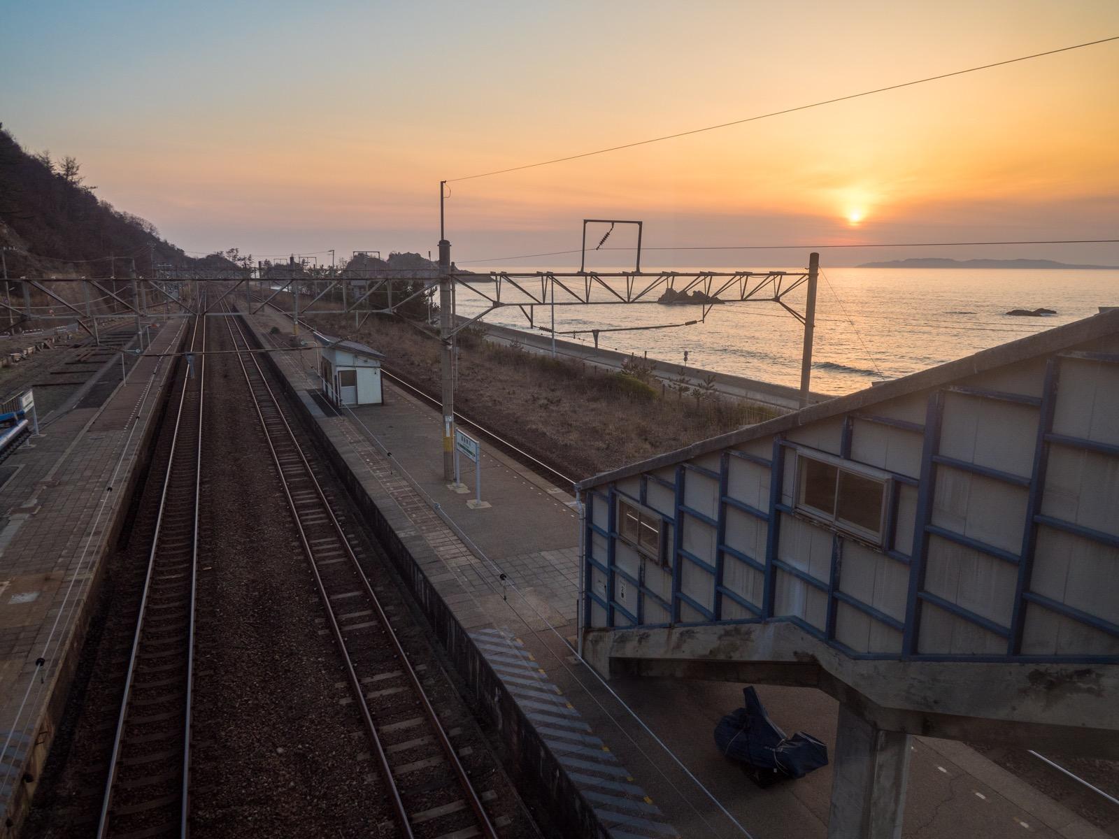 越後寒川駅の跨線橋から見た日本海