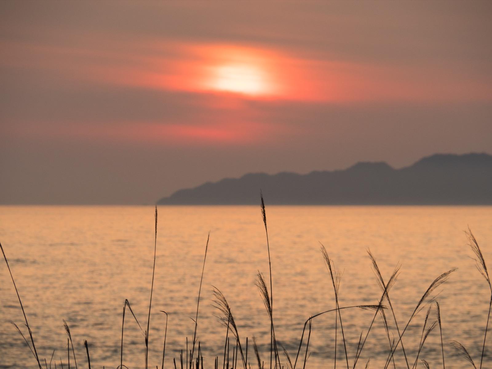 越後寒川駅から見た夕日と粟島