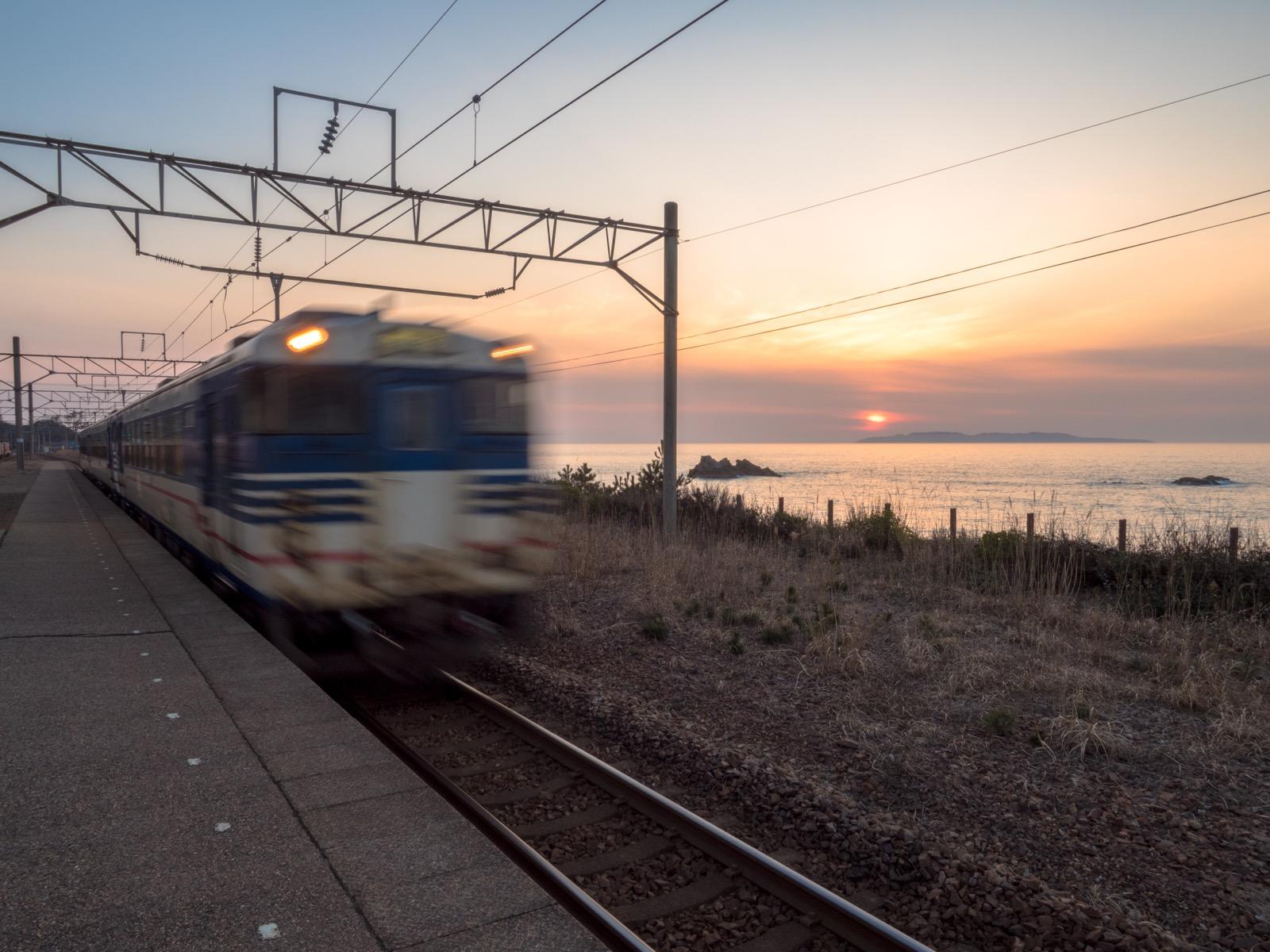 越後寒川駅から見た夕暮れの日本海と粟島