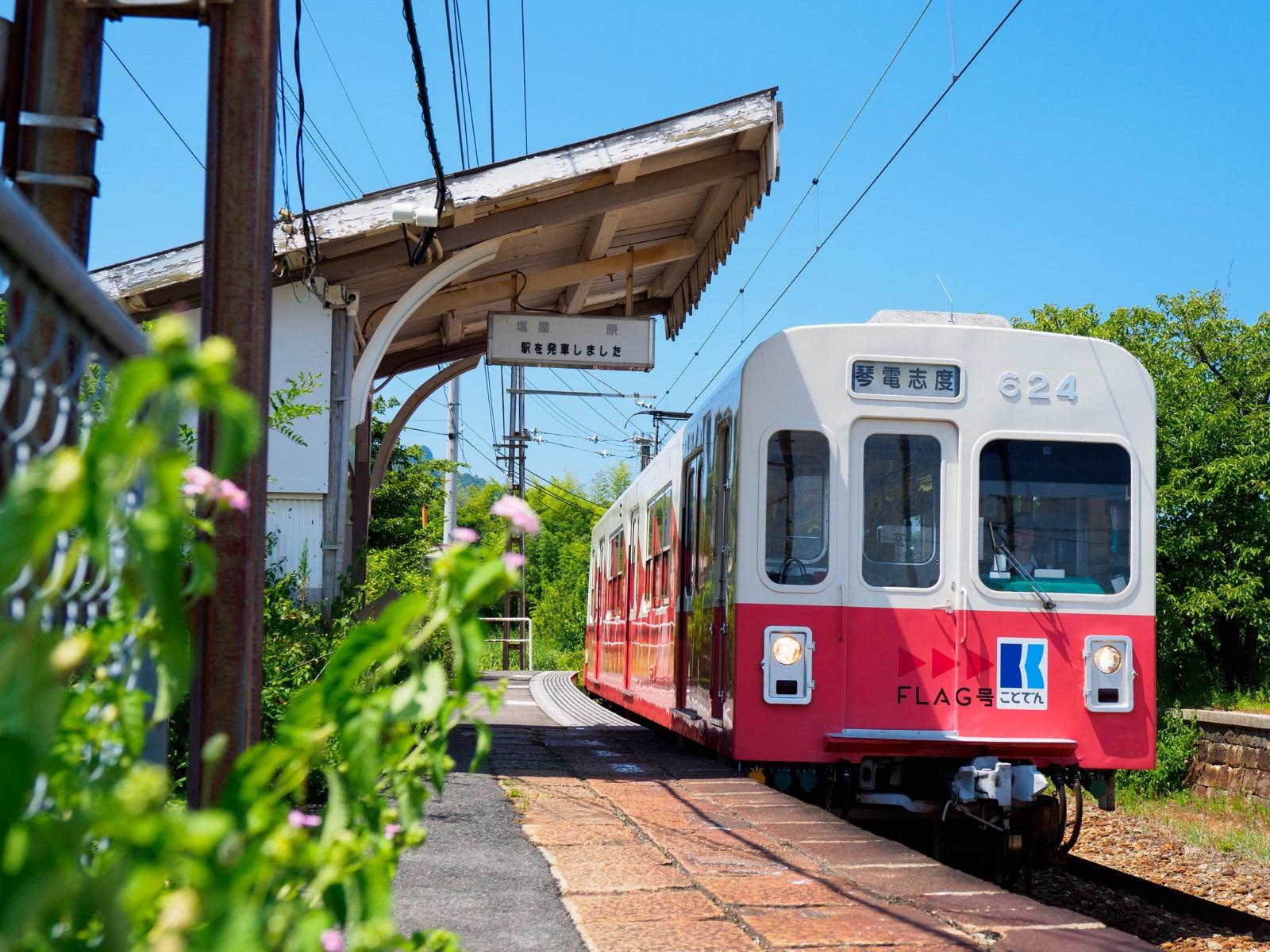 房前駅に到着する琴電志度行きの列車