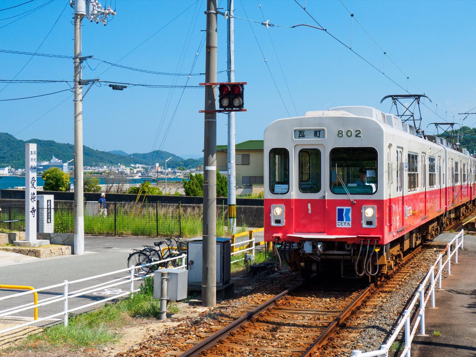 房前駅に到着する瓦町行きの列車