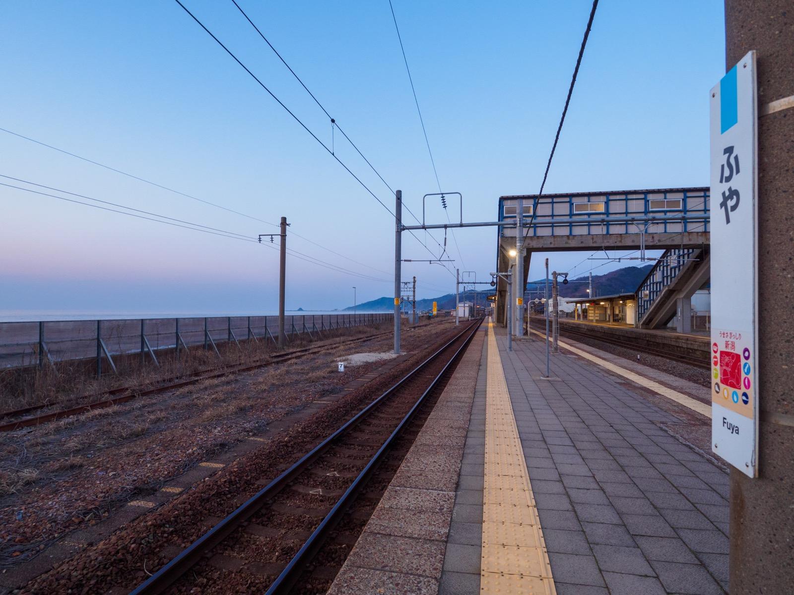府屋駅のホームと日本海