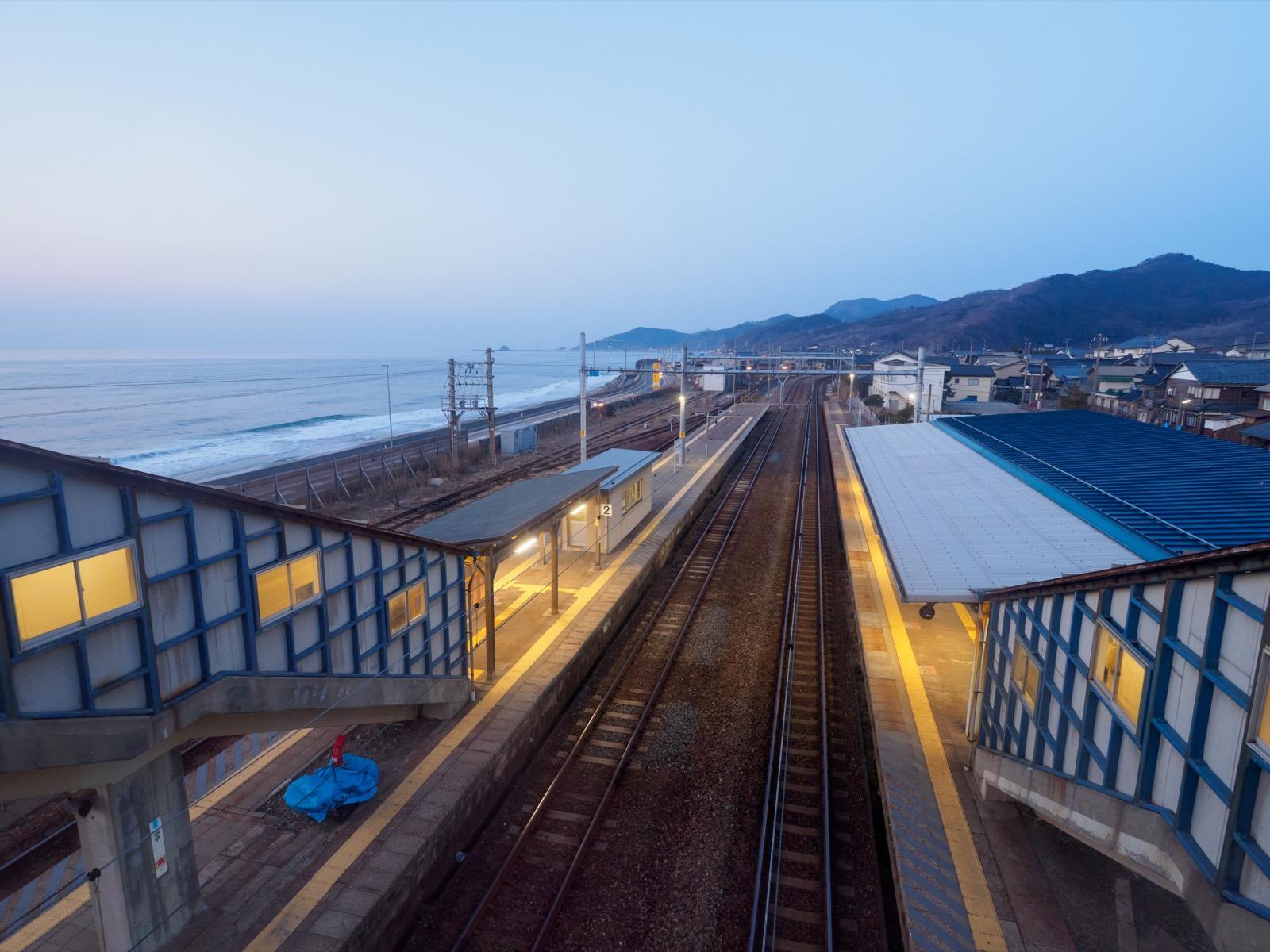 府屋駅の跨線橋から見た日本海