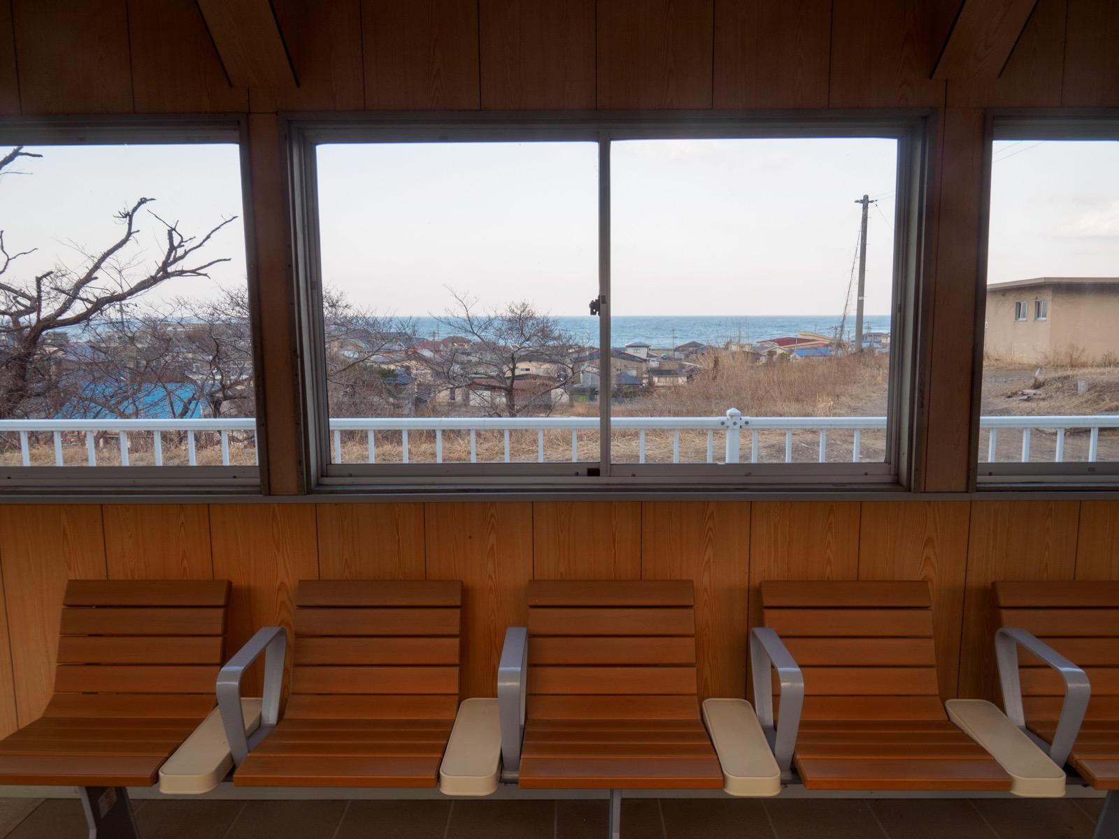 八森駅の待合室から見る日本海