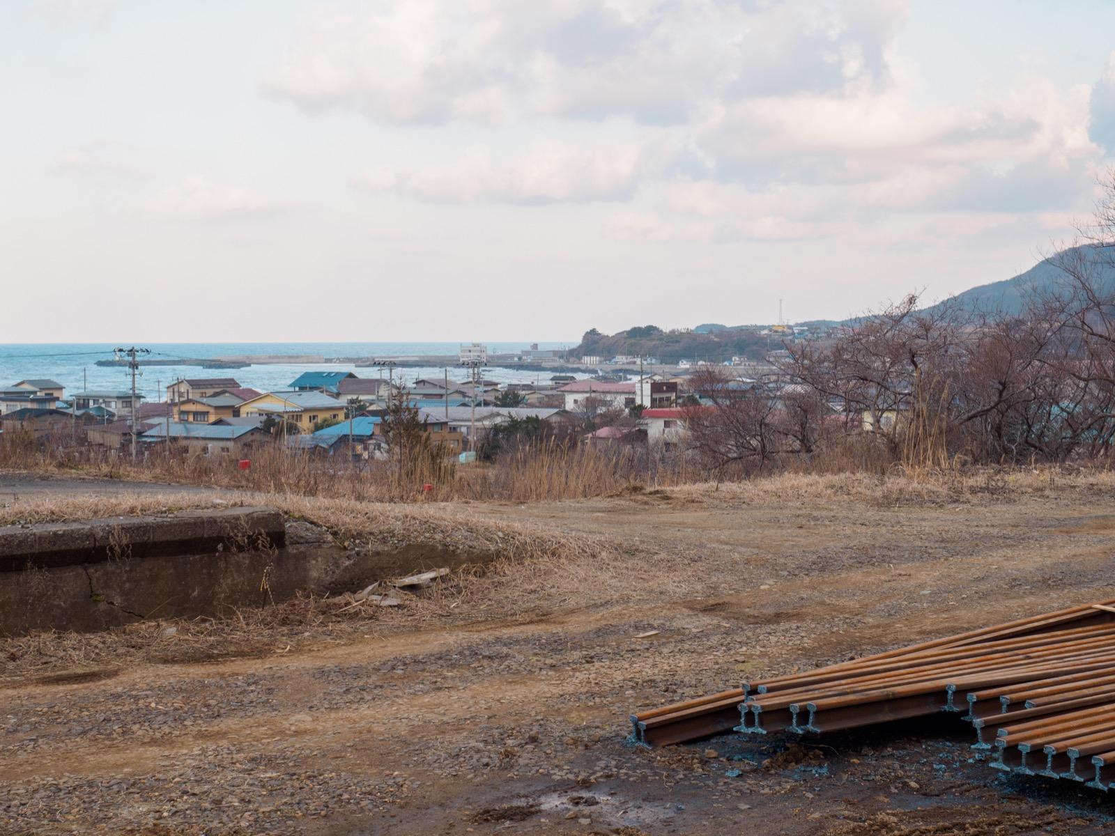 八森駅から見る八森漁港
