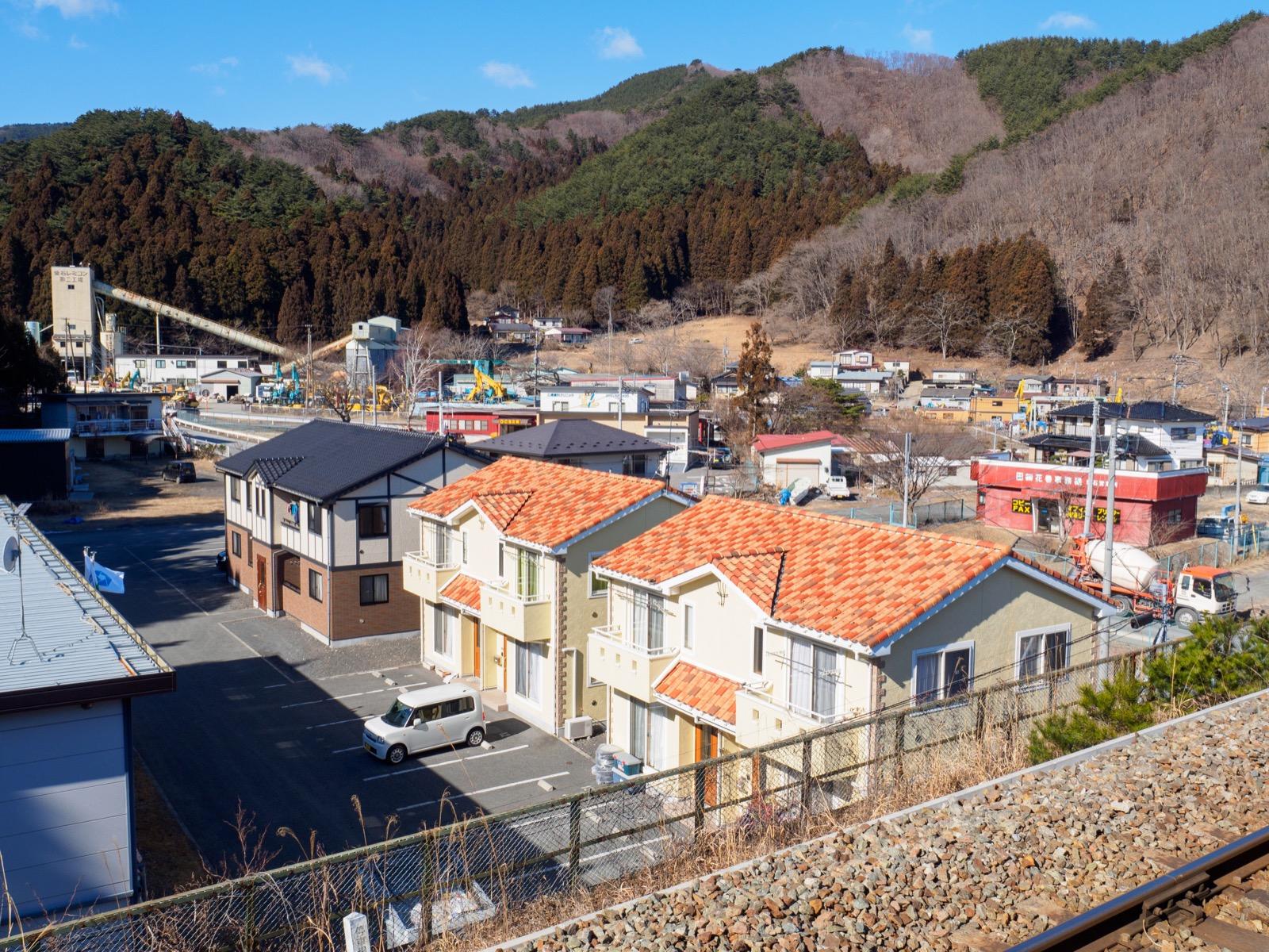 平田駅のホームから見た山側の景色