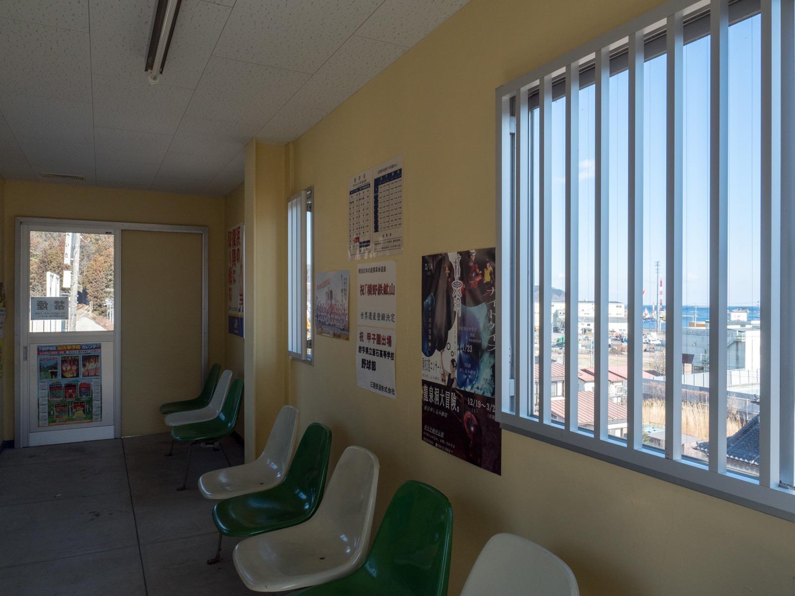 平田駅の待合室と海