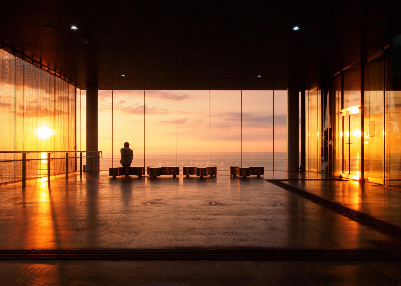 日の出を迎えた日立駅