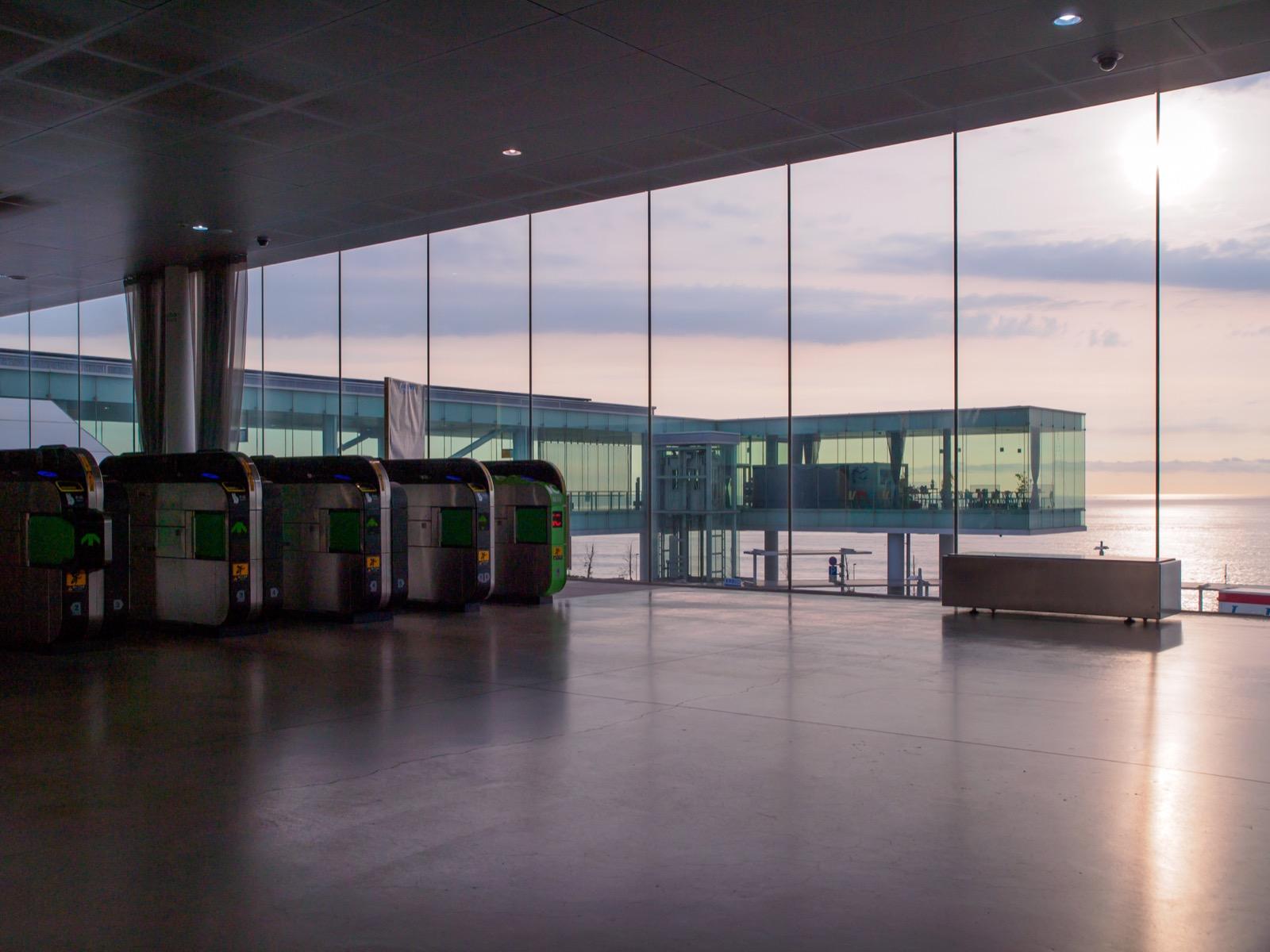 日立駅の、海の見える改札口