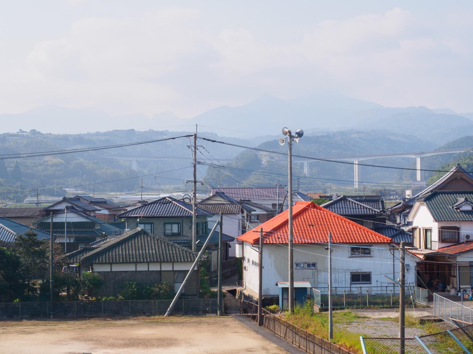肥前飯田駅のホームから見た山側の景色