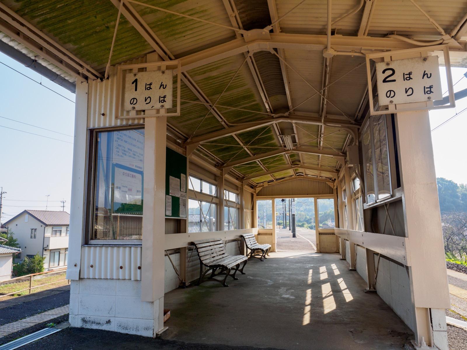 肥前飯田駅のホームにある待合室