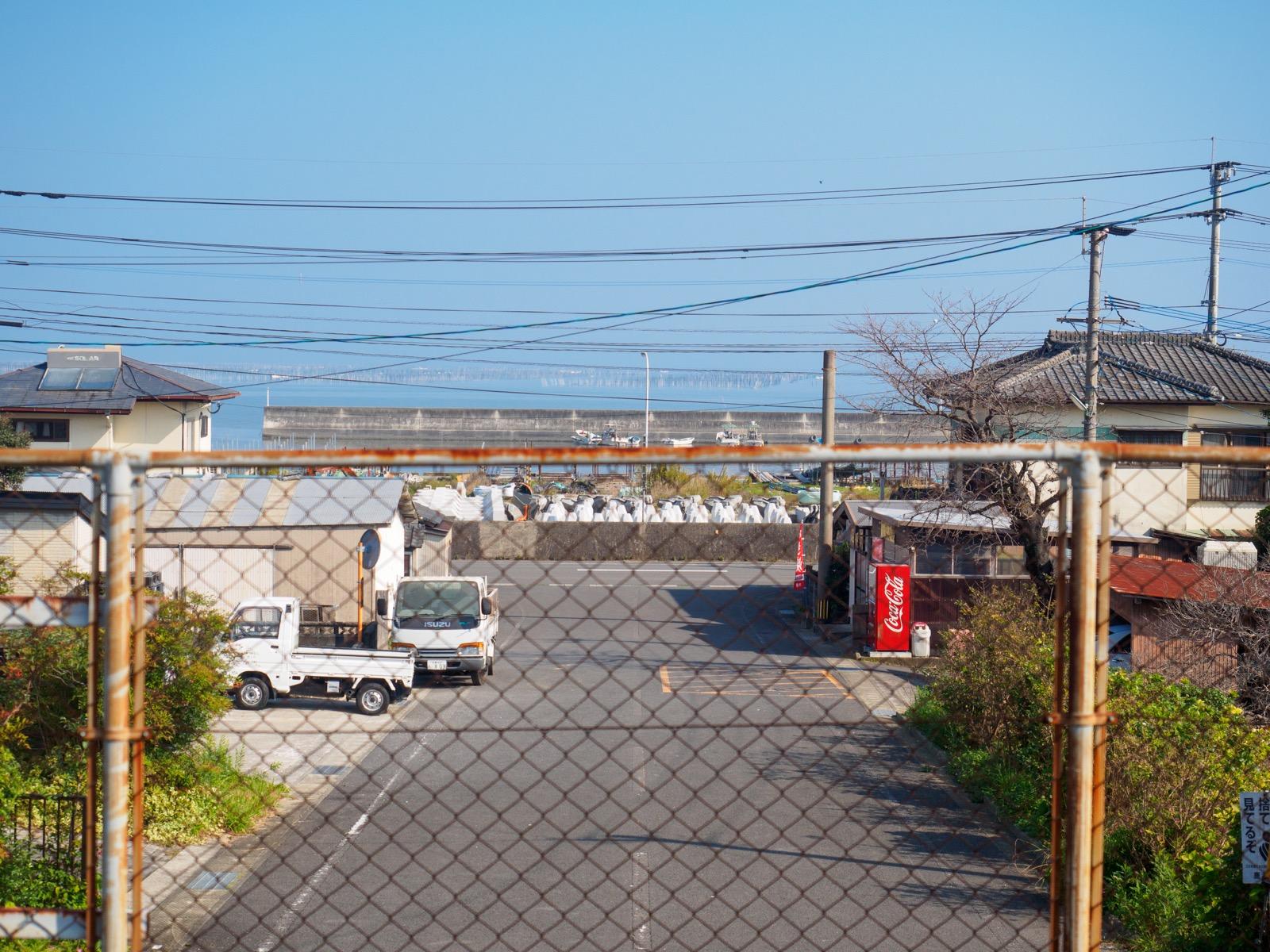 肥前飯田駅のホームから見た駅前と有明海