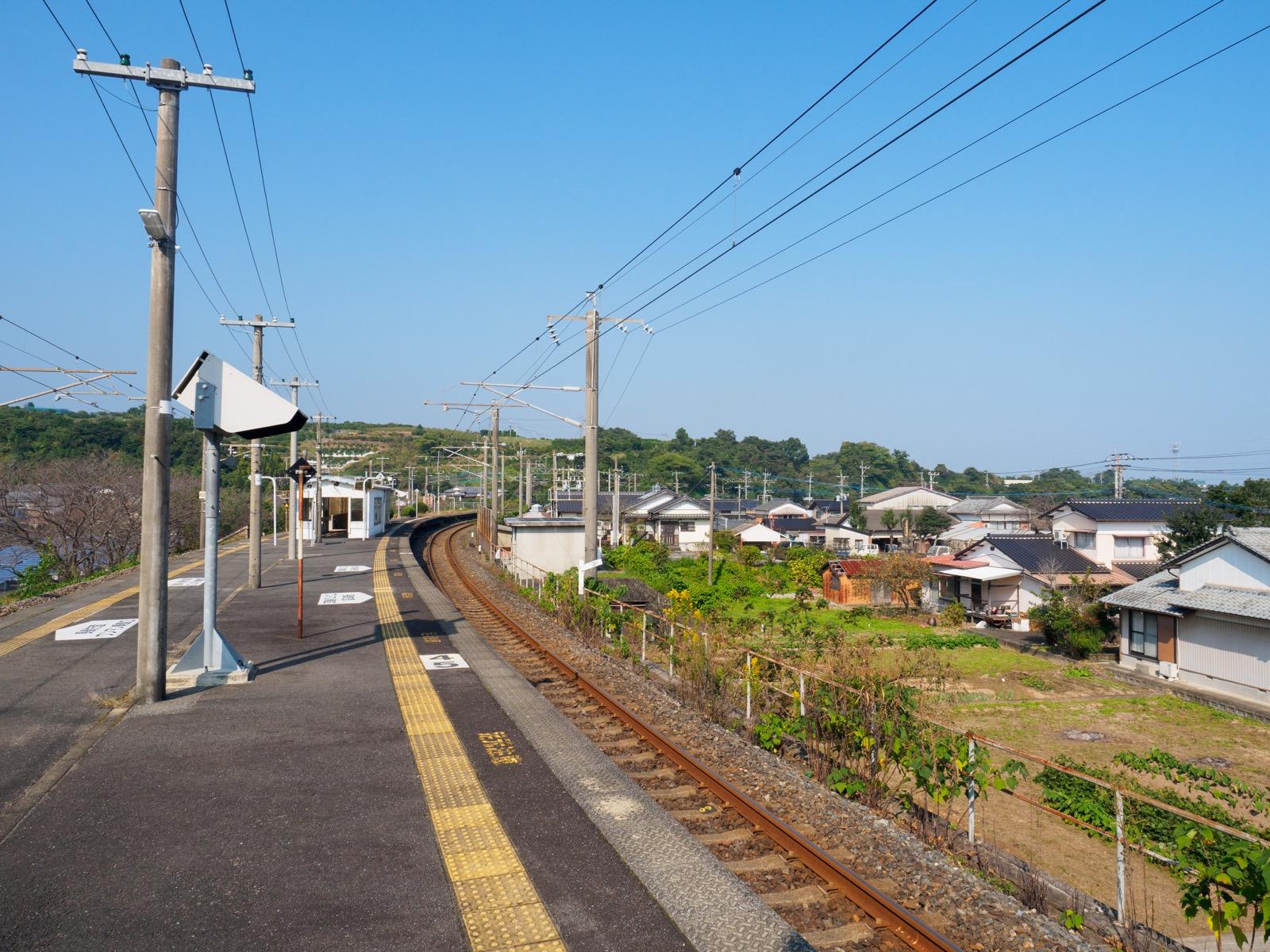 肥前飯田駅のホームから見た駅周辺