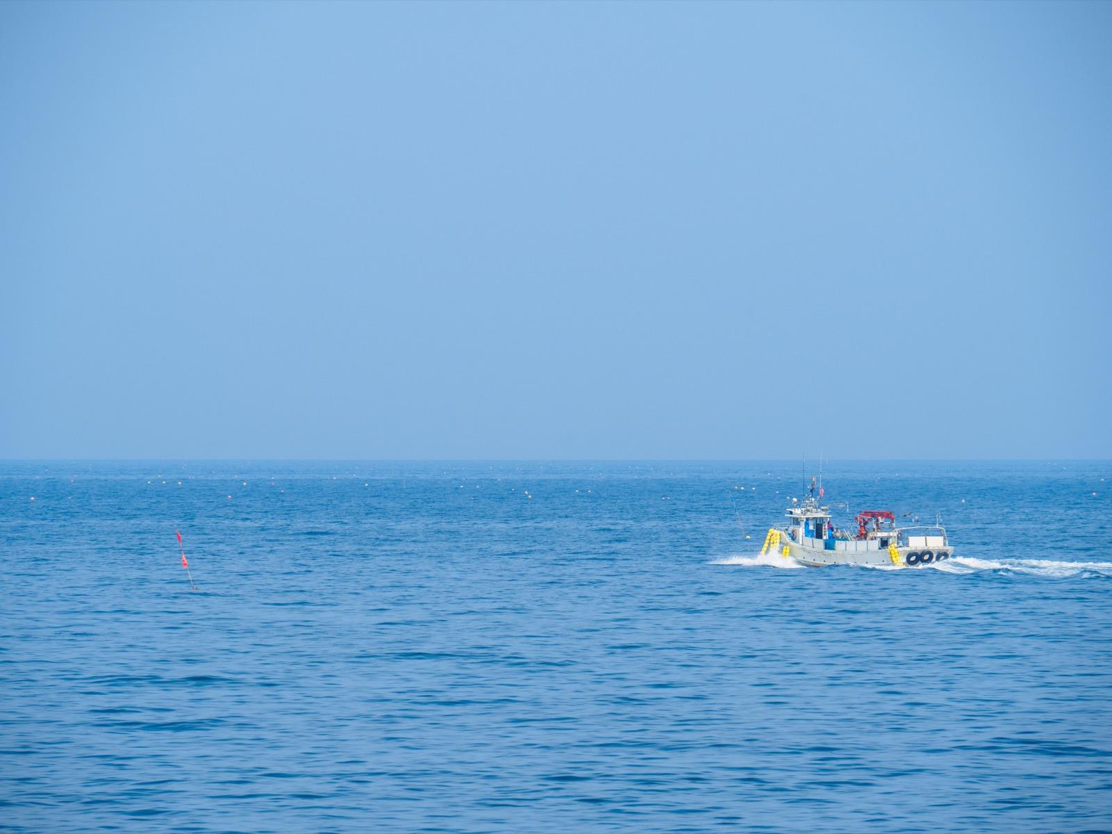 石倉漁港を出港する漁船
