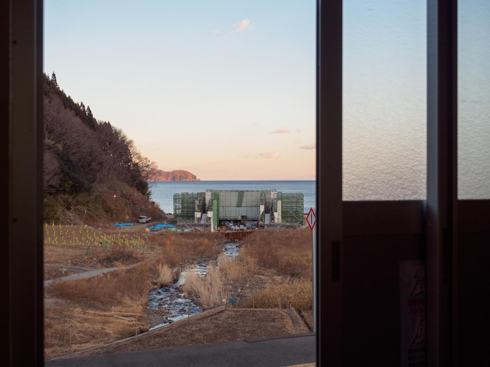 甫嶺駅の待合室から見た越喜来湾