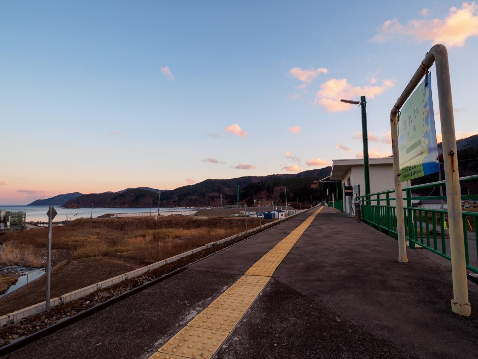甫嶺駅のホームと越喜来湾