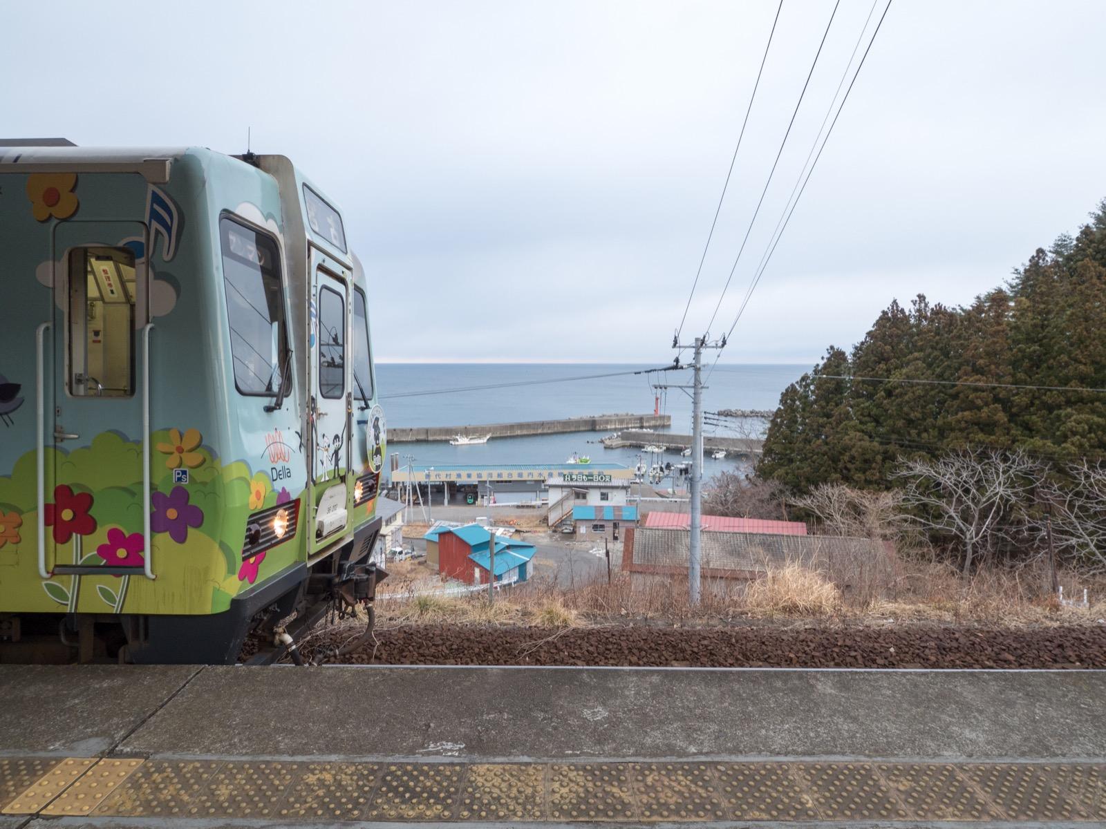 堀内駅から見える太平洋と堀内漁港