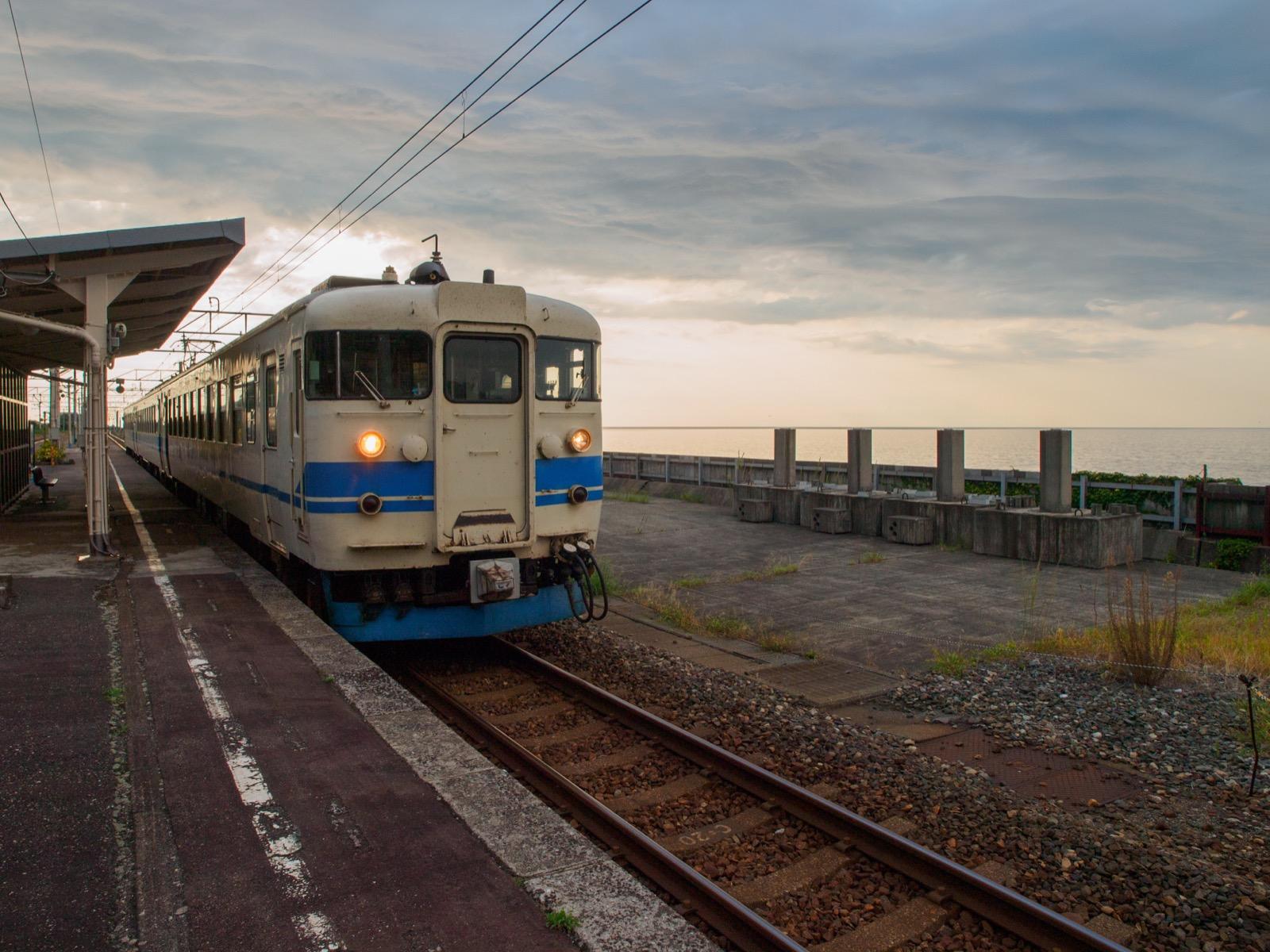 市振駅のホームに到着する旧JR北陸本線の電車