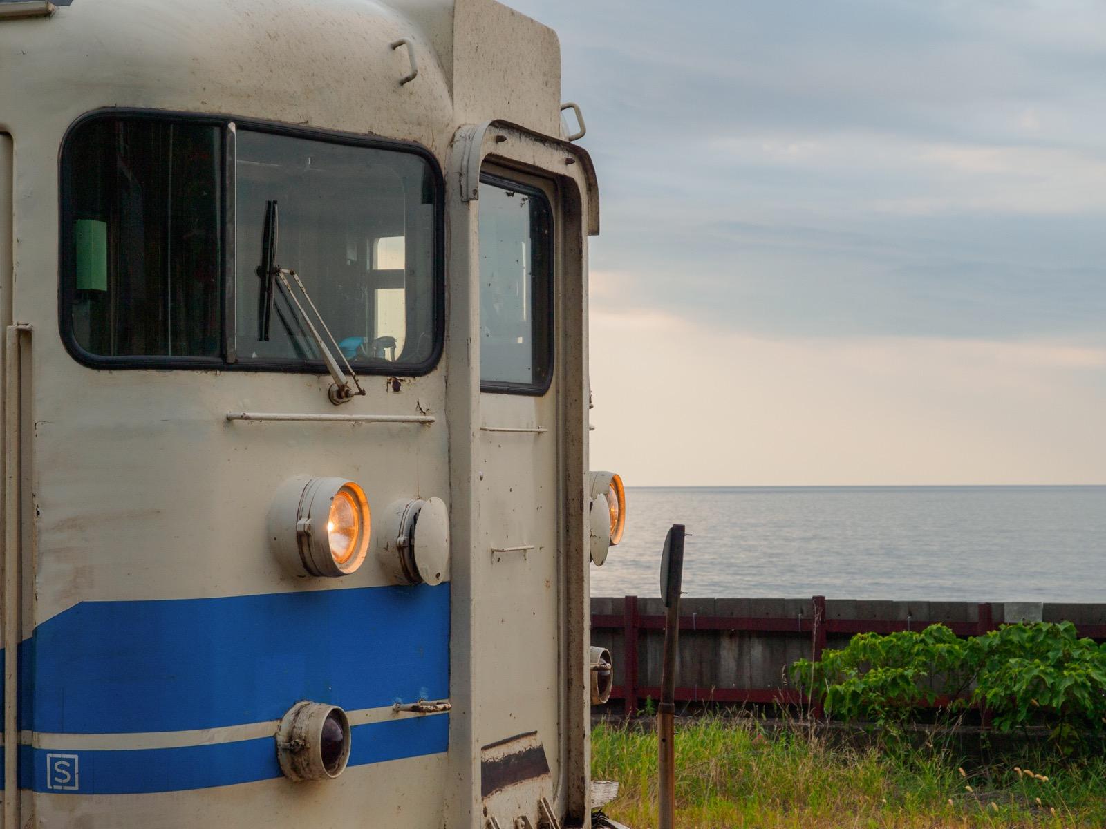 市振駅に停車する列車と日本海