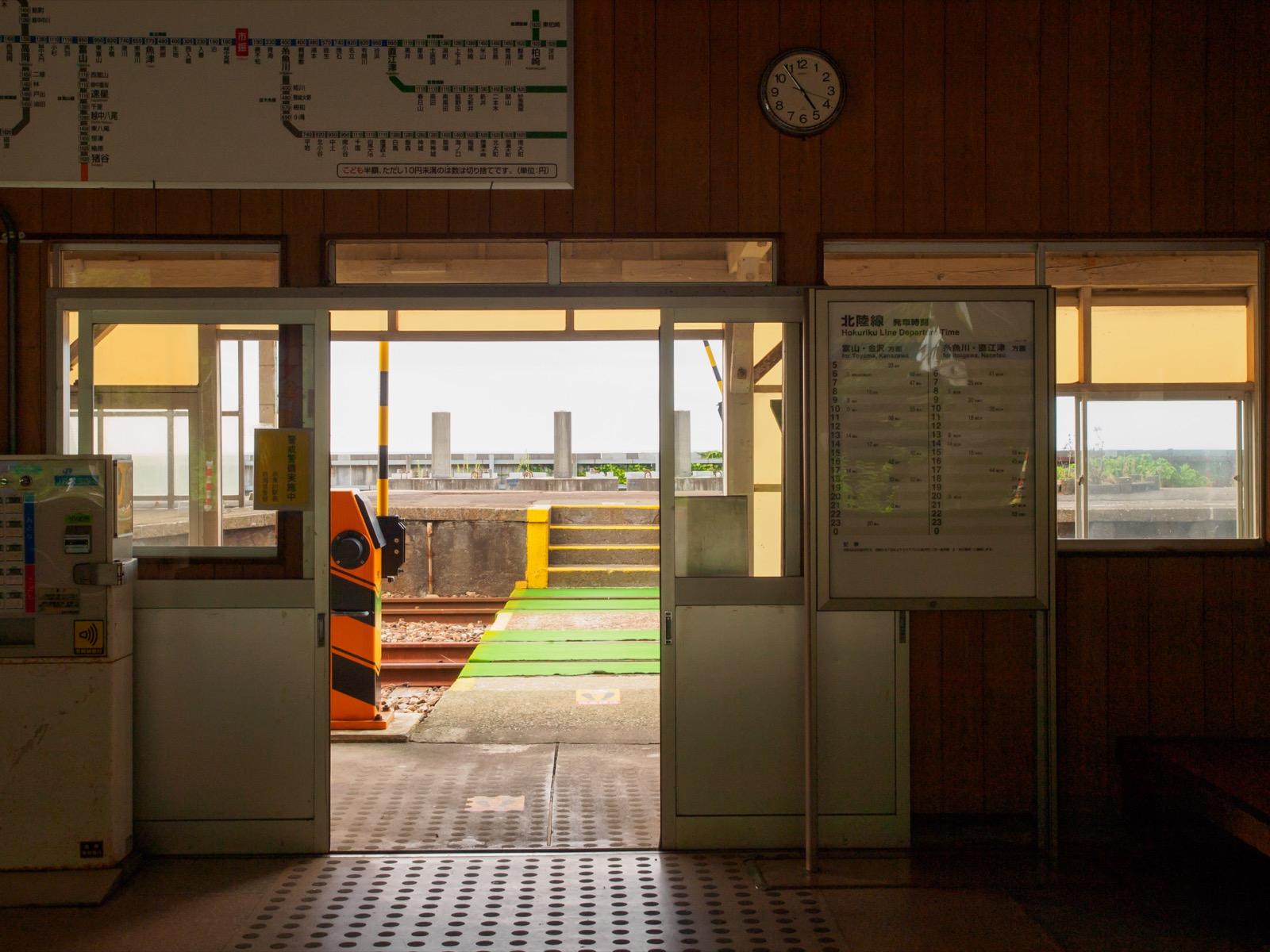 市振駅の駅舎から見た踏切と日本海