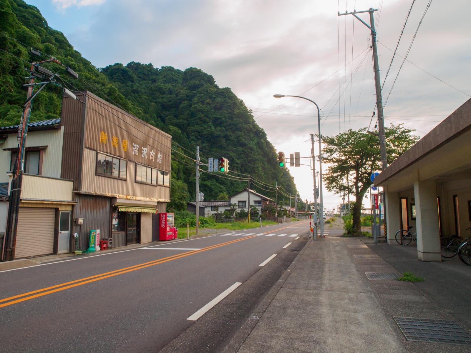市振駅前の商店と国道8号線