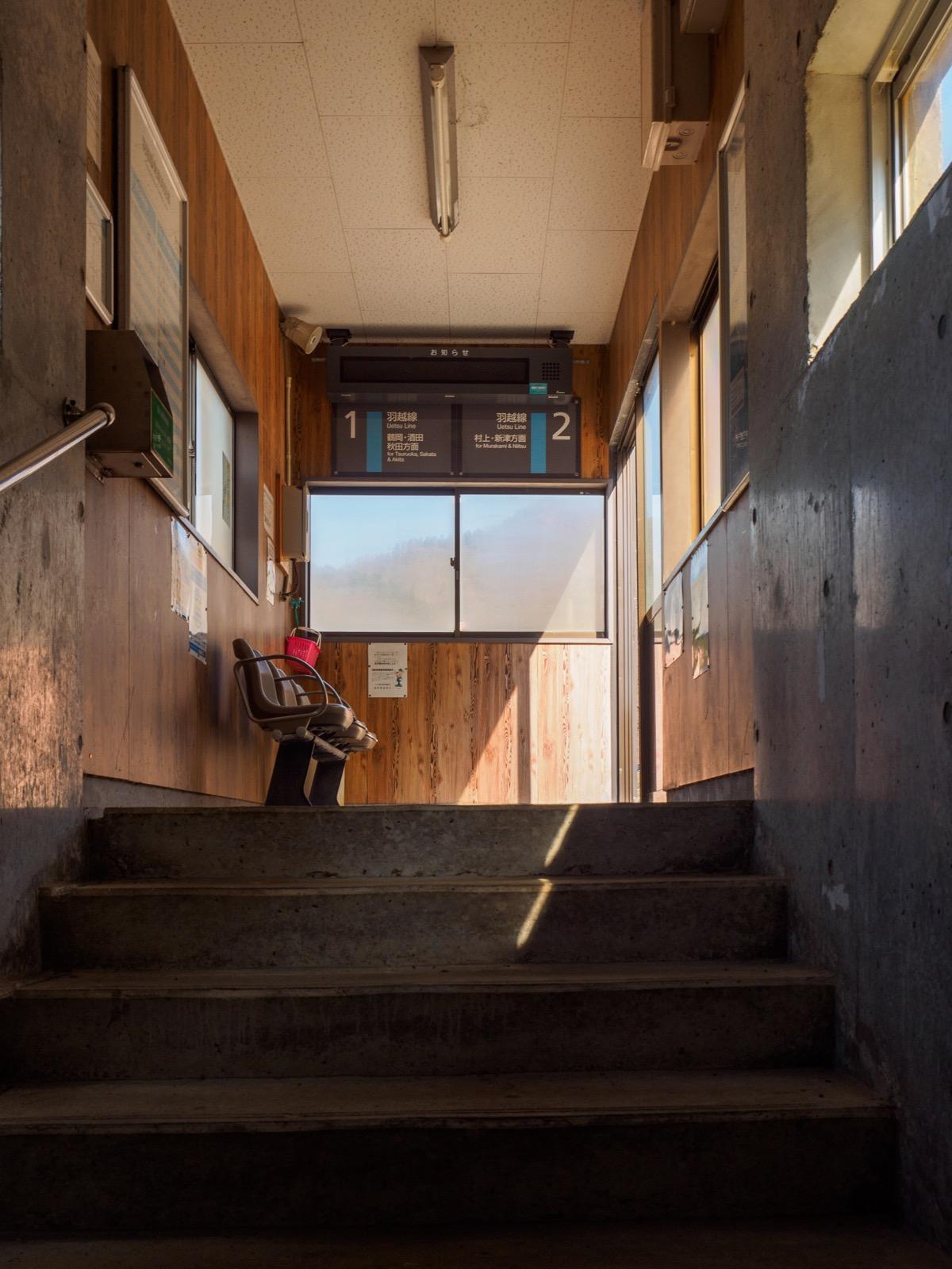 五十川駅の待合室と地下道の階段