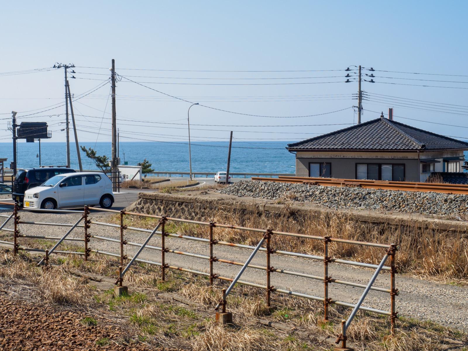 五十川駅の旧ホーム跡と日本海