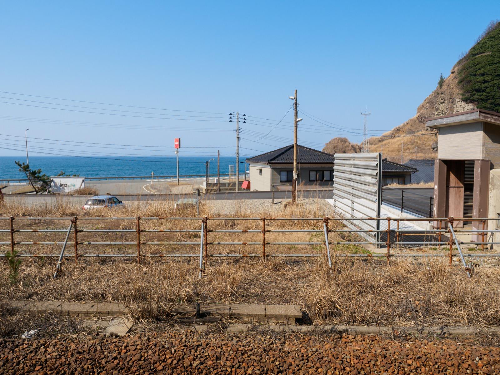 五十川駅のホームから見た駅前と日本海