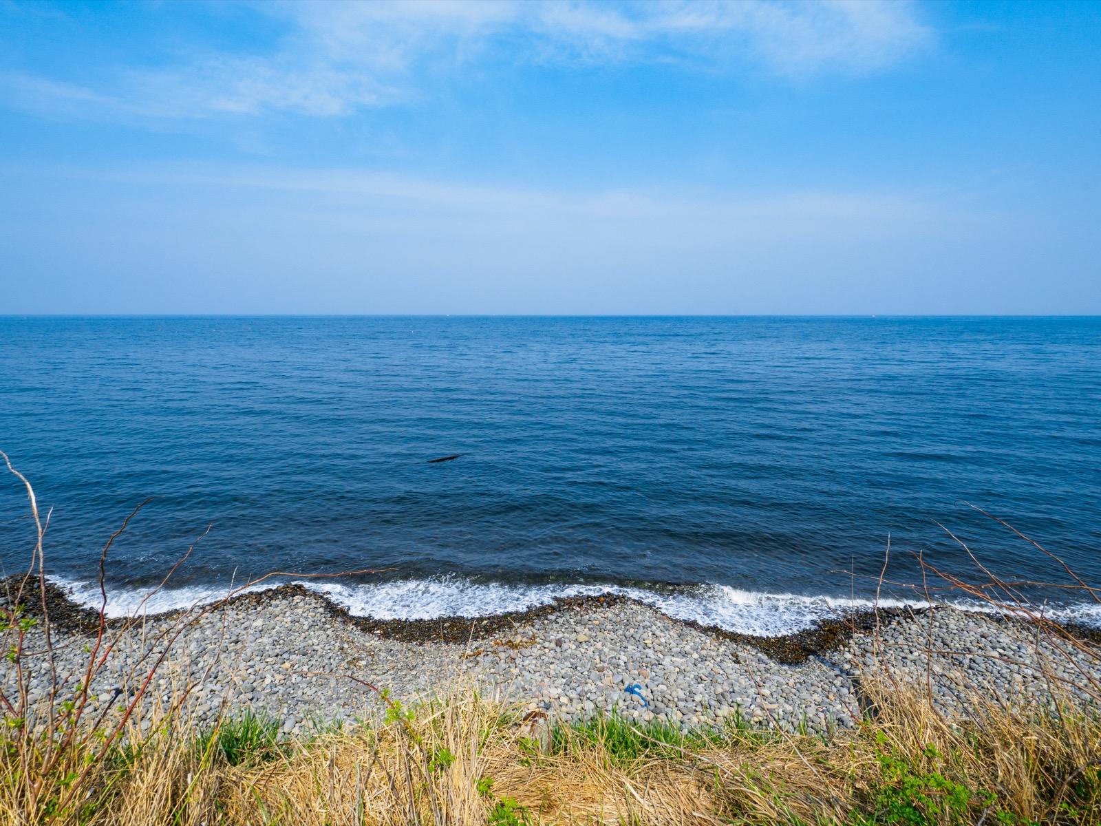 石倉駅前から見た噴火湾(内浦湾)