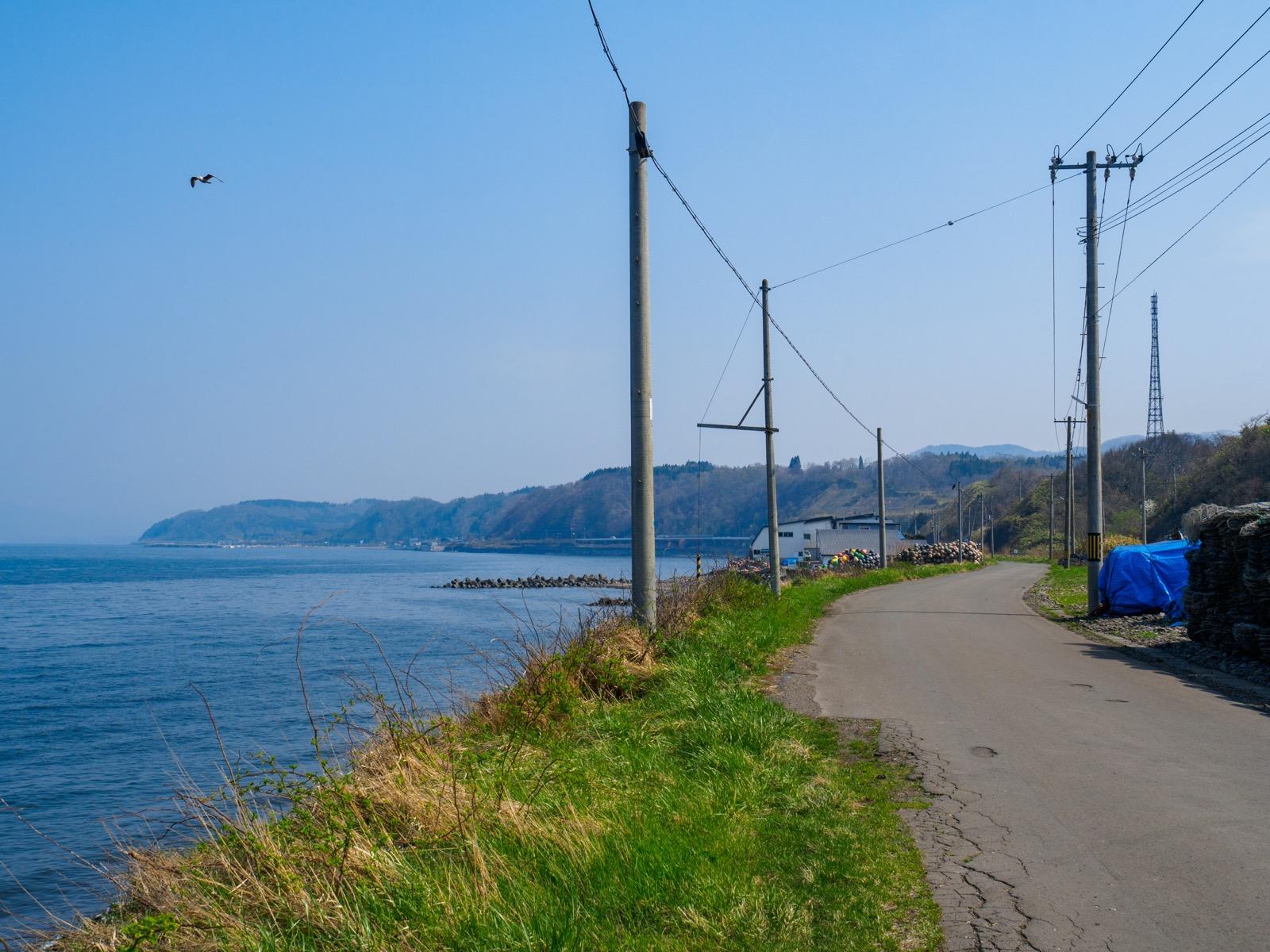 石倉駅前の道路と噴火湾(内浦湾)の海岸線